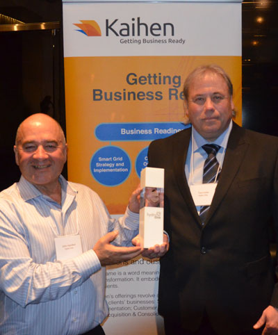 Kaihen presents the Ontario Excellence in Outage Communications Award to Hydro One Networks